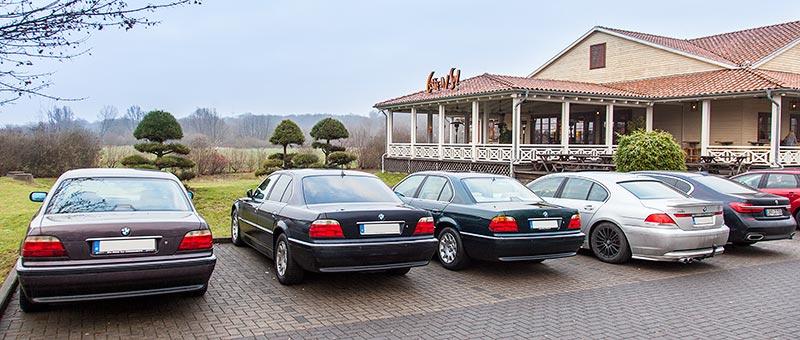 BMW 7er Parkplatz vor dem Stammtisch-Restaurant Café del Sol in Castrop-Rauxel