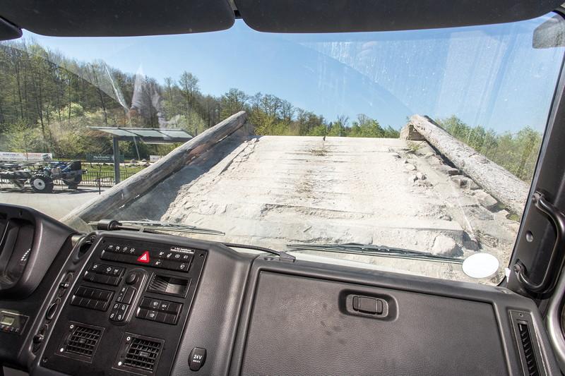 Mitfahrt im Unimog U4023: Blick auf rund 100 Prozent Steigung aus dem Fahrerhaus