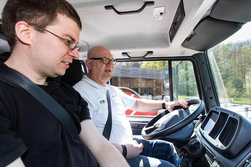 Patrick ('Paddy@728i') vorne neben dem Fahrer im Unimog U4023