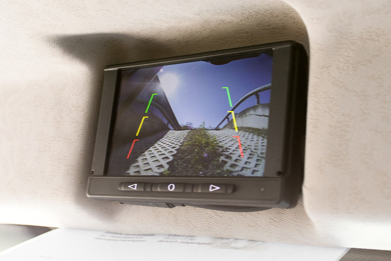 Rückfahrkamera im Unimog U4023 hilft den Überblick zu bewahren