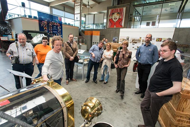 Museums-Geschäftsführerin Hildegard Knoop erklärt den ältesten Lastwagen der Welt, den LKW SAG