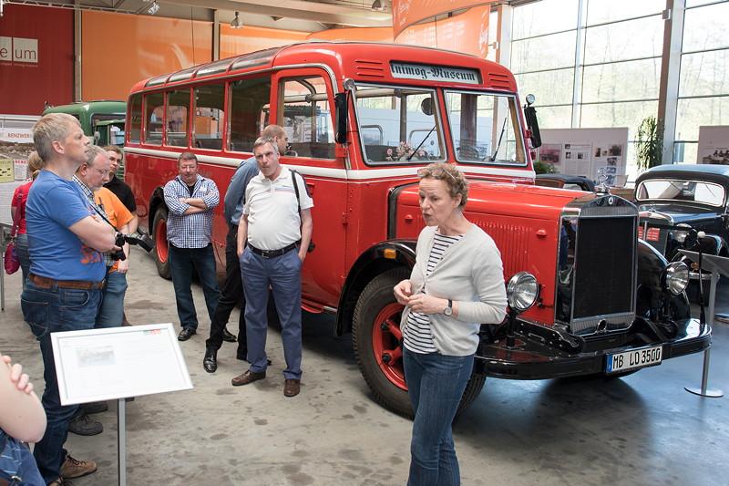 Den Stammtischlern wird der Mercedes-Benz Omnibus Lo 3500 gezeigt