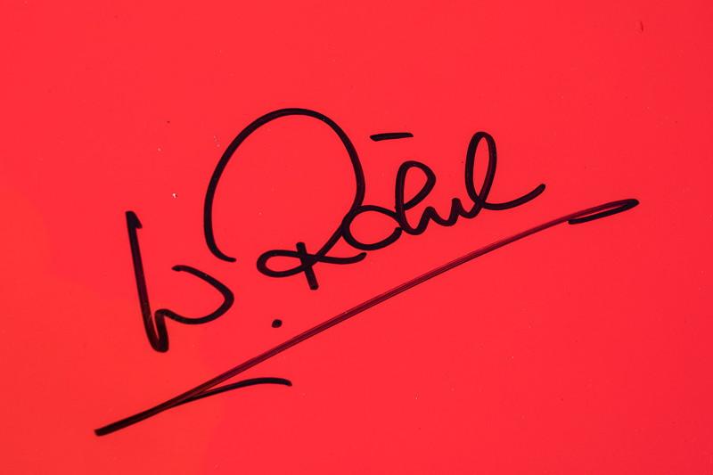 original Unterschrift von Walter Röhrl auf dem linken Klappscheinwerfer des Porsche 944 Cabrio von Renate und Matthias