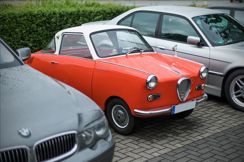 Goggomobil TS 250 Coupé von Ralf ('asc-730i') zwischen zwei parkenden 7er-BMWs