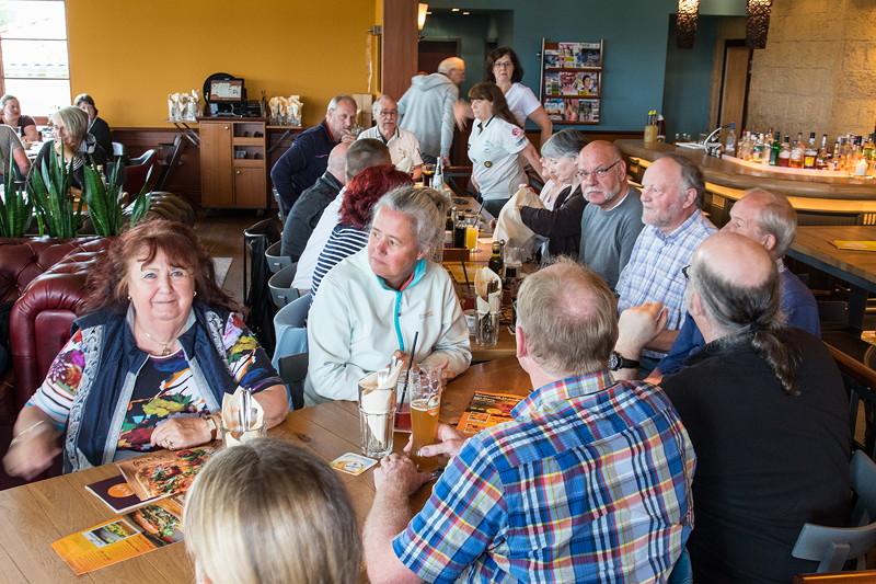 Rhein-Ruhr-Stammtisch im Juli 2017 im Café del Sol in Castrop-Rauxel, zunächst an einem zu kleinen Tisch.