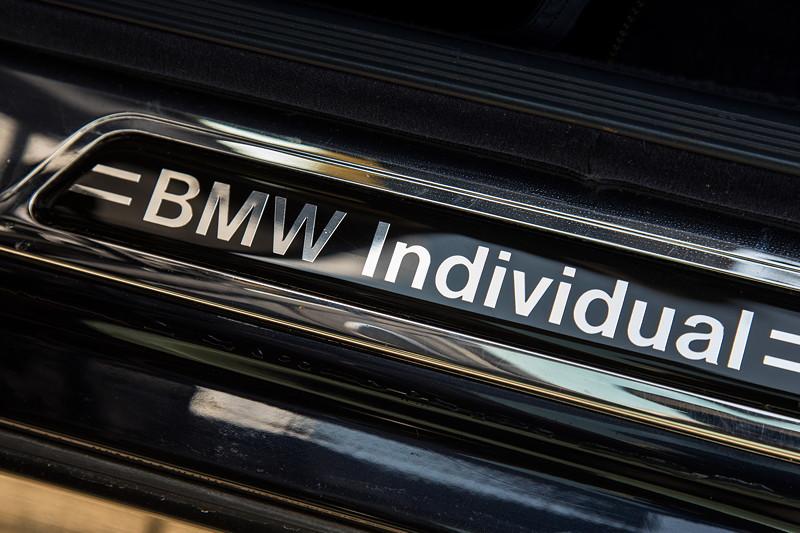 BMW 740i (E38) Individual von Frank ('heliman4'), aufwändiger BMW Individual Schriftzug in der Einstiegsleiste