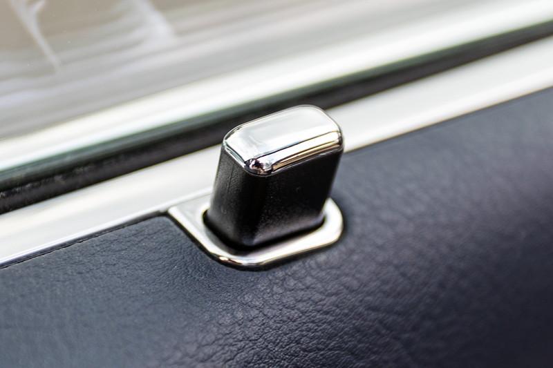 BMW 740i (E38) Individual von Frank ('heliman4'), mit Chromline Interieur Ausstattung, hier der Tür-Pin
