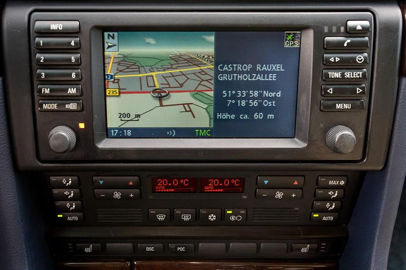 BMW 740i (E38) Individual von Frank ('heliman4'), Mittelkonsole mit 16:9 Navigation und Klima-Automatik