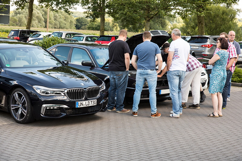 Rhein-Ruhr-Stammtisch im August 2017: Blick in den Motorraum des BMW 740i von Alfons ('A7fons').