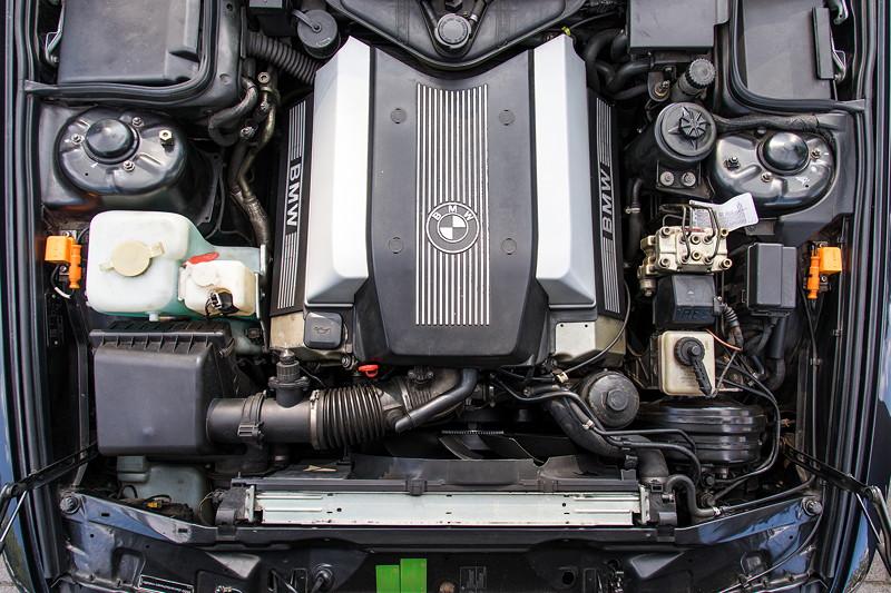Rhein-Ruhr-Stammtisch im August 2017: BMW V8-Zylinder Motor im BMW 730i (E38) von Eberhard ('ebbi').