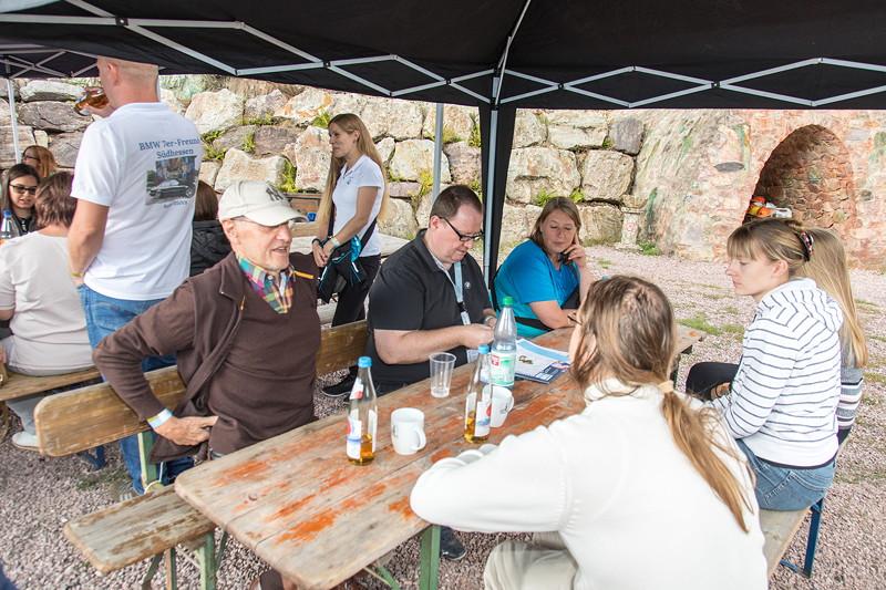 77. Südhessen-Stammtisch, Teilnehmer unterm Pavillon vor dem Kupferbergwerk Grube Wilhelmine