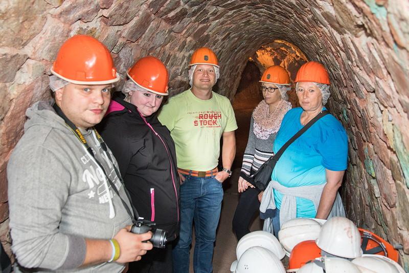 77. Südhessen-Stammtisch, Stammtisch-Teilnehmer am Eingang zum Kupferbergwerk Grube Wilhelmine