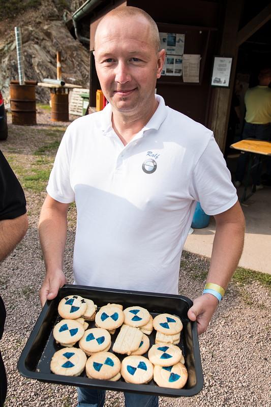 77. Südhessen-Stammtisch, Ralf ('Ralle735iV8') hat BMW Cookies für Stammtisch gebacken