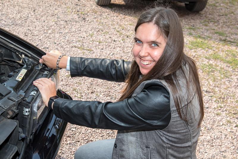 77. Südhessen-Stammtisch, Ann-Kristin ('Rakete') schraubt Ihre Scheinwerfer fest. Am Arm eine 'Steuerkette' als Schmuck.
