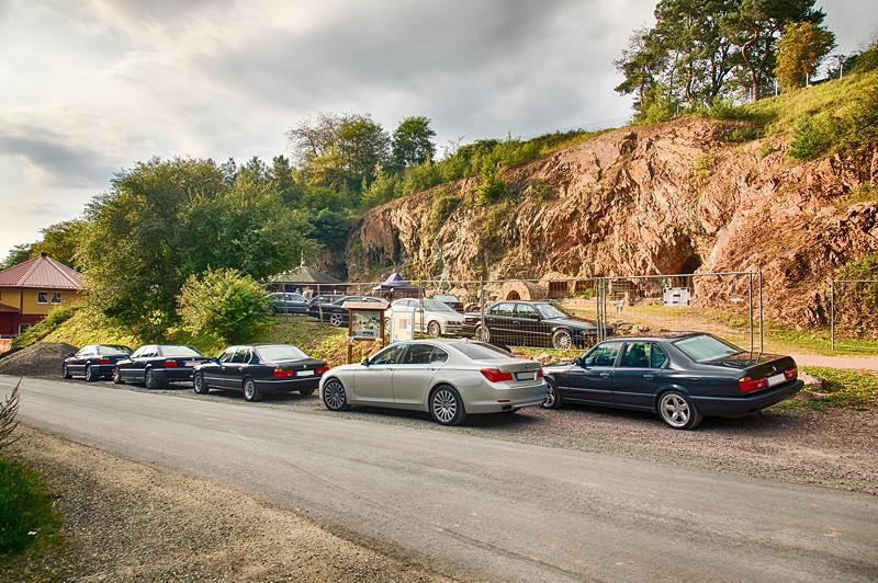 77. Südhessen-Stammtisch, Straße vor dem Kupferbergwerk Grube Wilhelmine mit weiteren Teilnehmerfahrzeugen