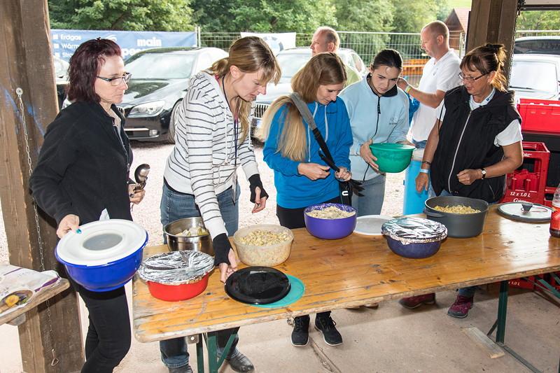 77. Südhessen-Stammtisch: die Damen kümmerten sich um die Salate