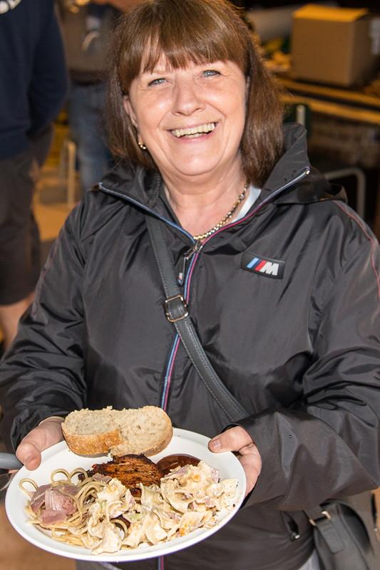 77. Südhessen-Stammtisch: Brigitte mit ihrem Essen