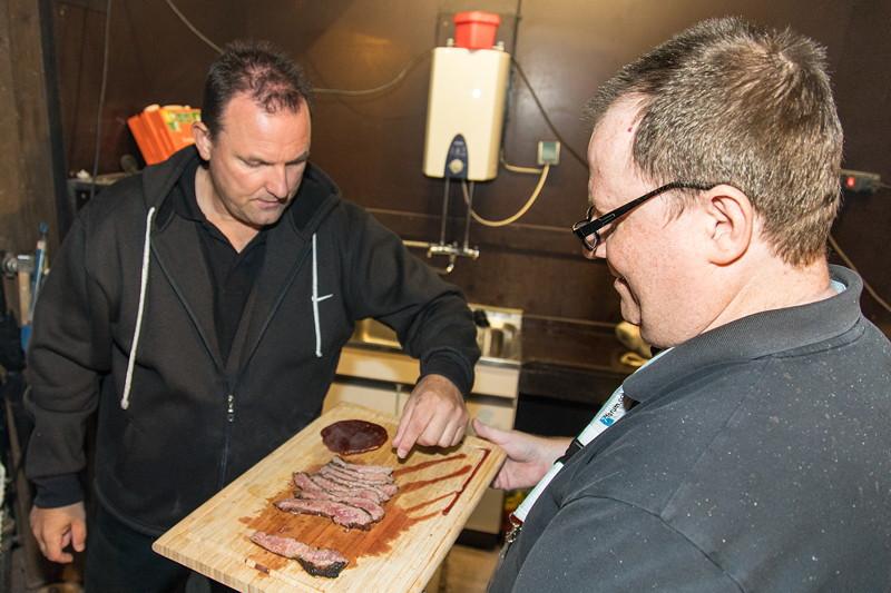 Andreas ('Andimp3') verteilte Flanksteaks, die er zuvor auf seinem selbstgebauten 800°C Grill grillte