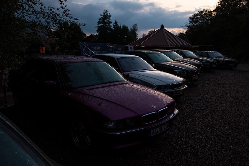 77. Südhessen-Stammtisch: Stammtisch-Parkplatz am Abend, vorne der BMW 750iL von Ulrich ('Ulrich51').