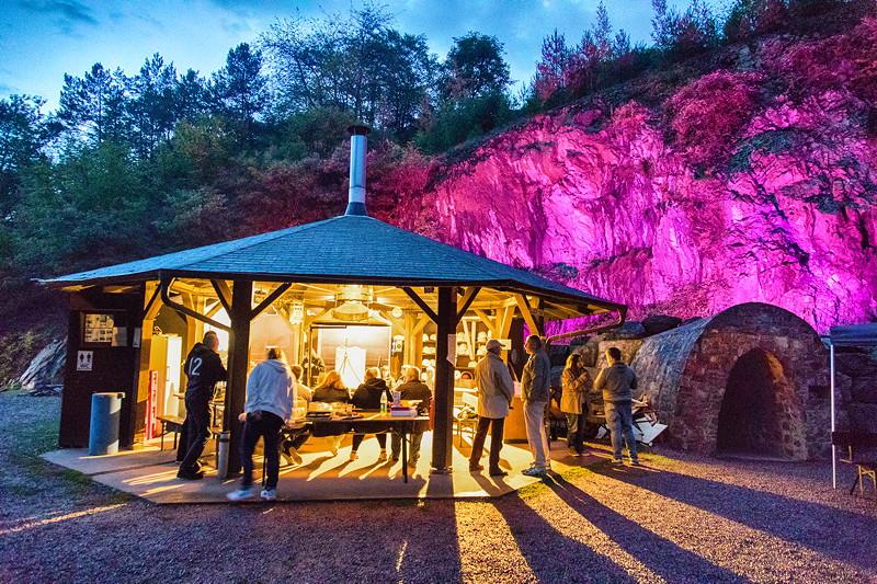 Kupferbergwerk Grube Wilhelmine am Abend in ambienter Beleuchtung mit der Grillhütte