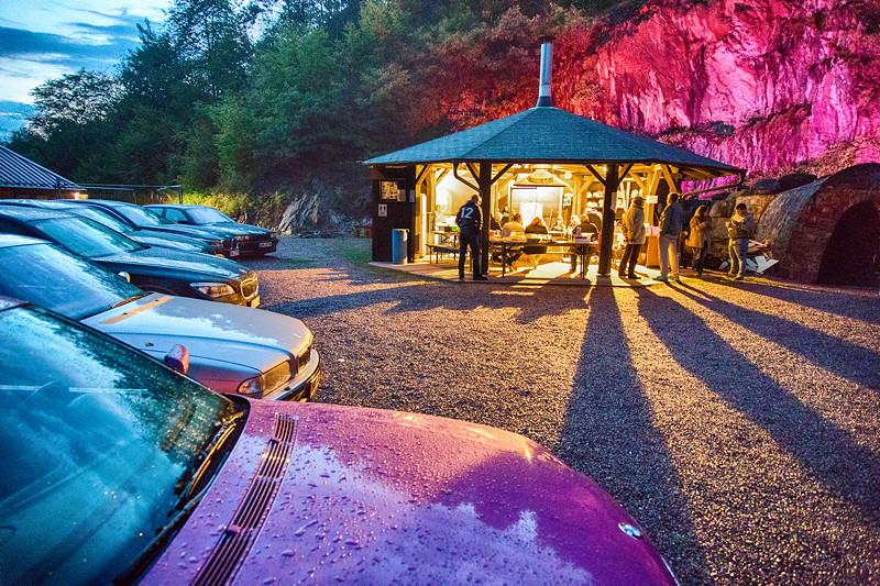 Der Grillplatz am frühen Abend, als die 'ambiente' Beleuchtung des Bergwerks eingeschaltet wurde.