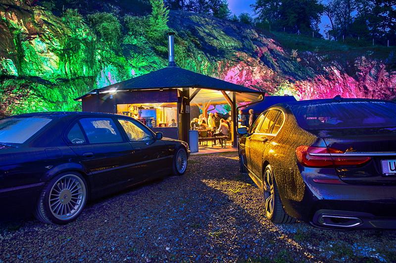 Kupferbergwerk Grube Wilhelmine am Abend in ambienter Beleuchtung mit den Teilnehmer-Fahrzeugen