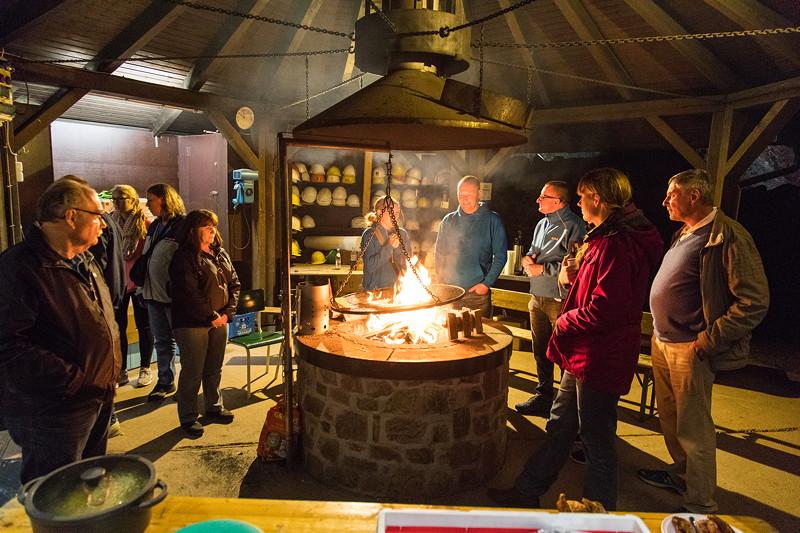 Nach dem Grillen wärmten sich die Teilnehmer noch bis in den späten Abend am Feuer.