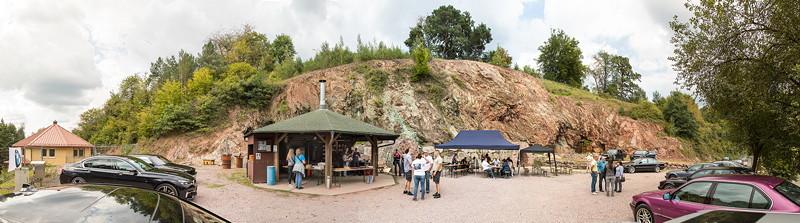 Kupferbergwerk Grube Wilhelmine mit dem Vereinsheim (links) und der Grillhütte