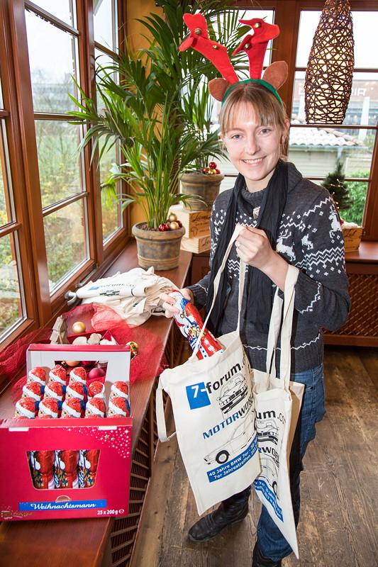 Viola ('*Phoebe*') packte beim Rhein-Ruhr-Stammtisch die Geschenke für die Teilnehmer: jeder bekam einen Schoko-Weihnachtsmann in einem Jahrestreffenbeutel.
