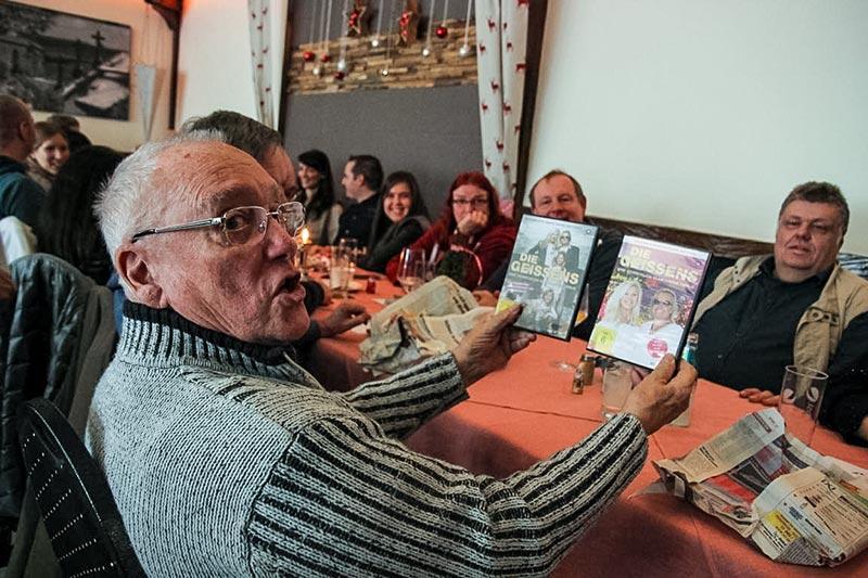 Südhessen-Weihnachtsstammtisch im Landhaus 'Klosterwald'. Norbert ('vihar1') bekam zwei Geissen DVDs beim Wichteln.