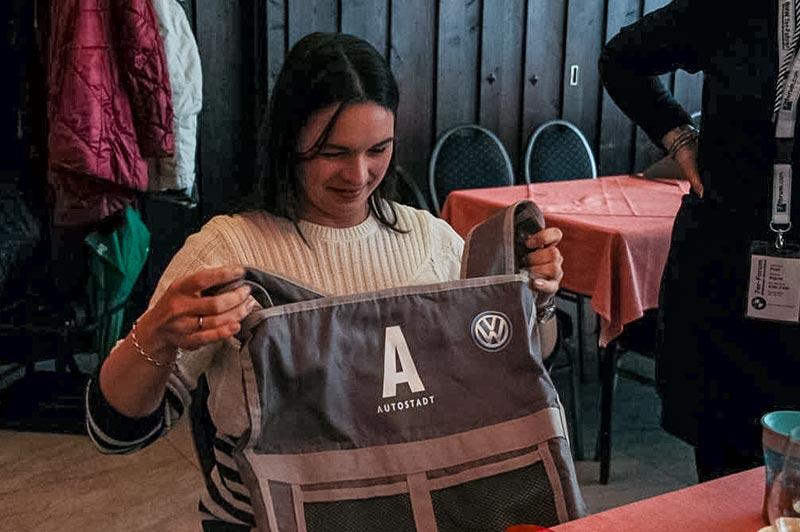 Südhessen-Weihnachtsstammtisch im Landhaus 'Klosterwald'. Daniela bekam bim Wichteln eine Autostadt Tasche.