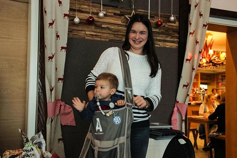 Südhessen-Weihnachtsstammtisch im Landhaus 'Klosterwald'. Daniela mit Sohn Levi.