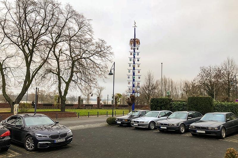 Rheinischer BMW 7er-Stammtisch, Parkplatz in direkter Rhein-Nähe am Lokal 'Vater Rhein'.