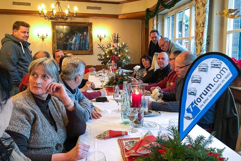 Rheinischer 7er-Stammtisch mit 7-forum.com Fahne im Lokal 'Vater Rhein'.
