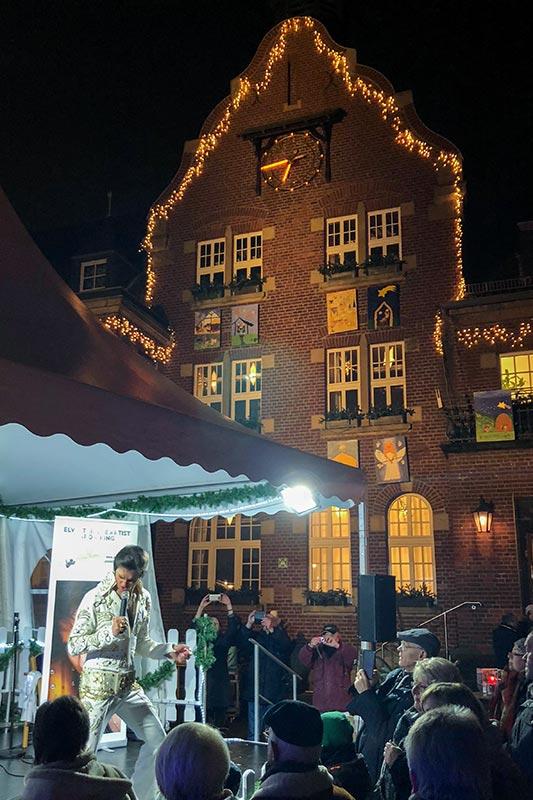 Im Ort Dormagen gab es einen Weihnachtsmarkt mit Elvis-Kopie.