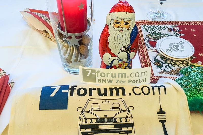 Rheinischer 7er Weihnachts-Stammtisch: jeder Teilnehmer bekam einen Schoko-Weihnachtsmann und einen 7-forum.com Aufkleber im Jahrestreffenbeutel.