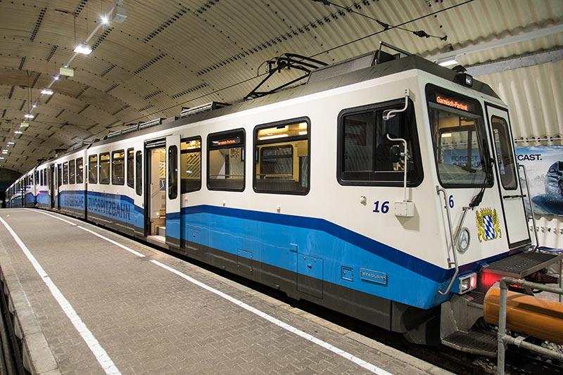 Zugspitzbahn im Bahnhof der Zugspitze