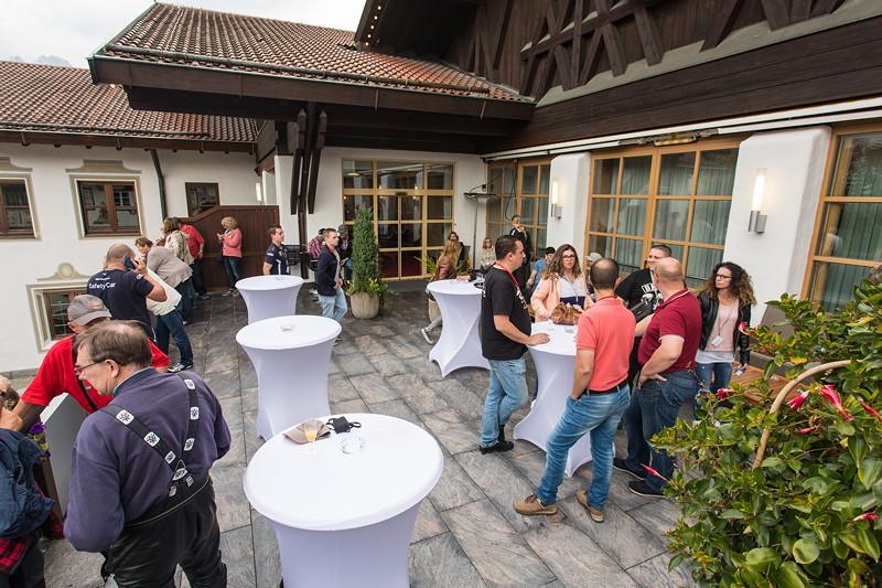 20 Jahre BCD Treffen: Begrüßung der Teilnehme mit Sekt-Empfang am Casino in Garmisch Partenkirchen.