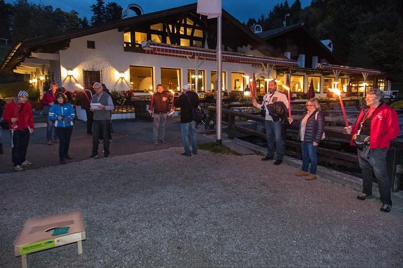 20 Jahre BCD Treffen: Im Licht der Fackeln wurde die erste Disziplin der BCD Rallye, der Säckchen Wurf, durchgeführt.