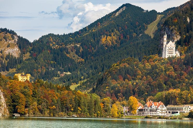 Alpsee mit Schloss Neuschwanstein (rechts) und Schloss Schwangau