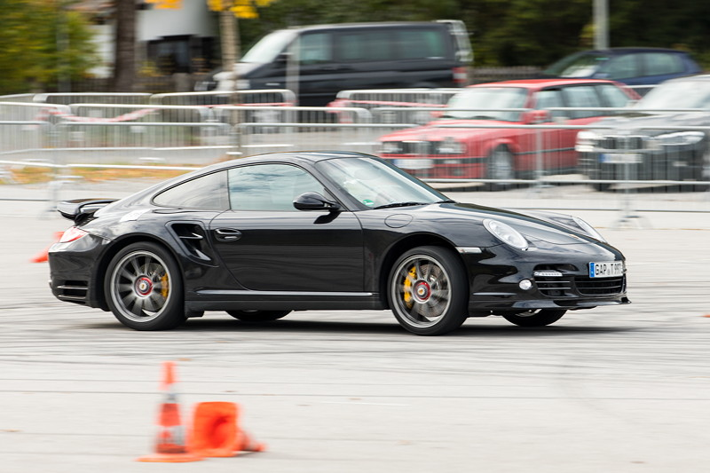 BMW Slalom Cup Finale: auch ein Porsche Fahrer durfte mal sein Können unter Beweis stellen.