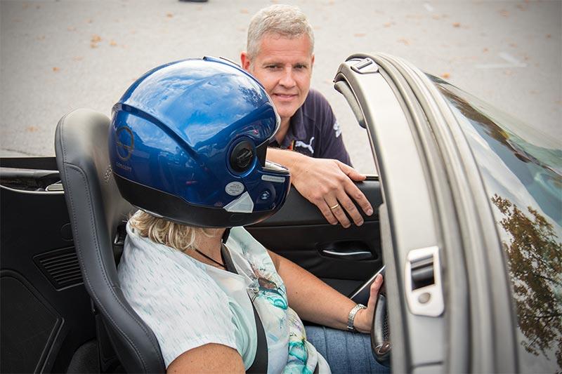 Fahrerwechsel im BMW Z4 (E85): Dr. Jürgen Eymann, Präsident des BMW Slalom Cup Deutschland e.V. gibt das Steuer an seine Frau Heike weiter.