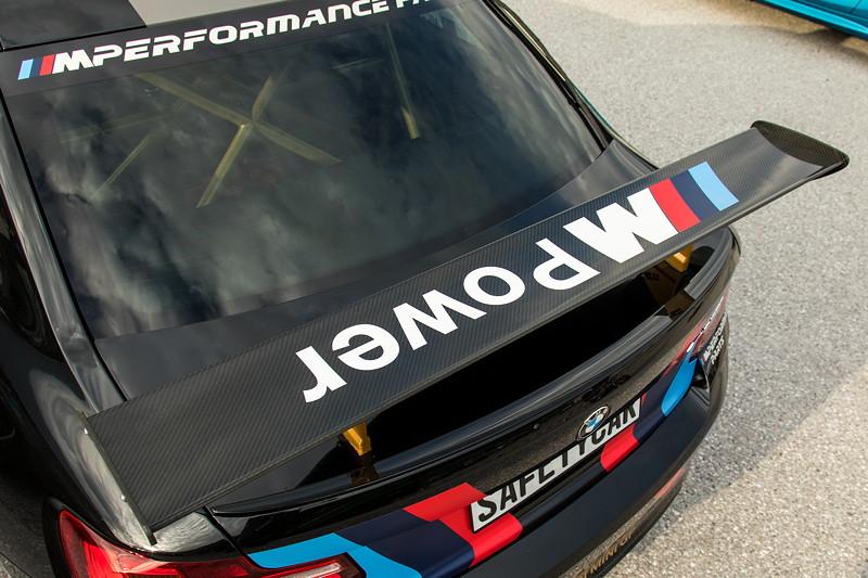 Teilnehmerfahrzeug BMW M2 als Safetycar mit mächtigem Heckspoiler.
