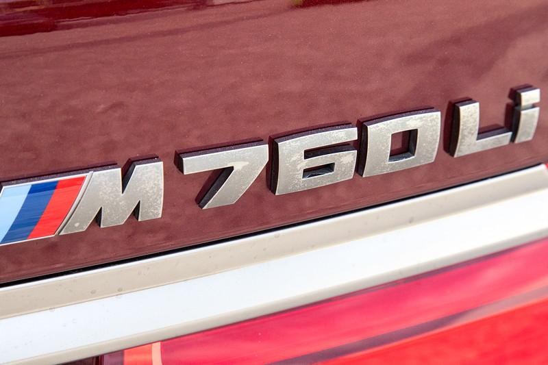 20 Jahre BCD Treffen: BMW M760Li xDrive M Performance (G12), Schriftzug in cerium grey, sichtbar angegriffen.