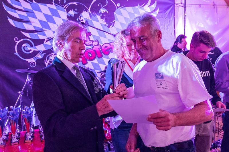 BMW Slalom Cup Gesamtwertung: Pokalübergabe Motorradklasse Gesamtsieg durch Leopold Prinz von Bayern (links) an Heinz-Jürgen Reinstädtler (BMW MC LK Kassel).