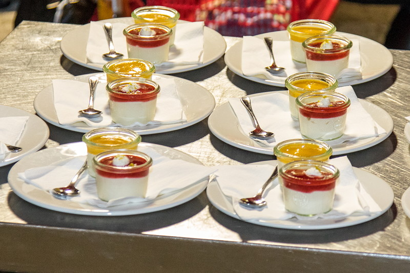 Als die ersten Gäste bereits gegangen waren, kam dann doch noch der Nachtisch: bayerische Creme in Mango und Erdbeer.