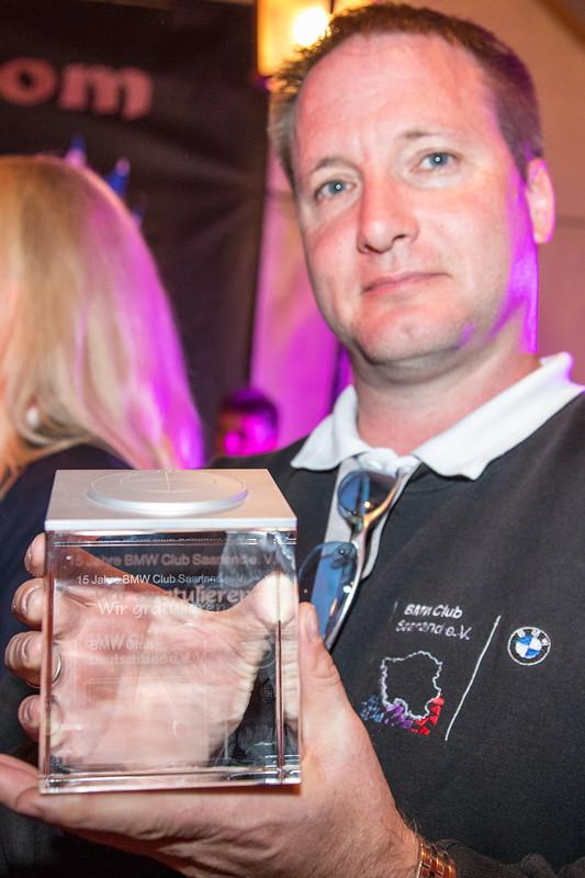 20 Jahre BCD Treffen, Festabend, Pokal vom BCD für 15 Jahre Mitgliedschaft im BCD: der BMW Club Saarland e. V.