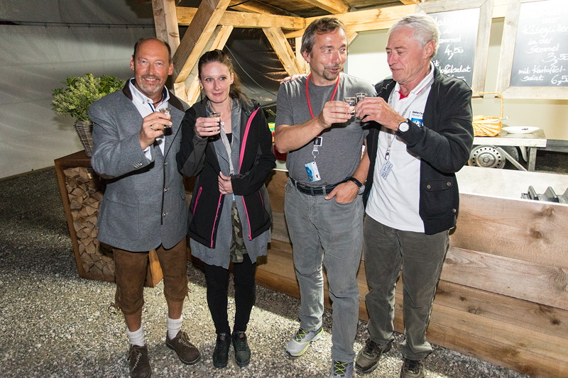20 Jahre BCD Treffen, Bayerischer Abend am Montag. BCD Präsident Helmut Schmid trinkt mit den Geburtstagskindern.