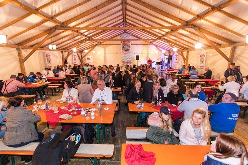 Im Vergleich zum Festabend am Samstag deutlich weniger Gäste, so dass viele Tombola-Preise keine Abnehmer mehr fanden und erneut verlost werden mussten.