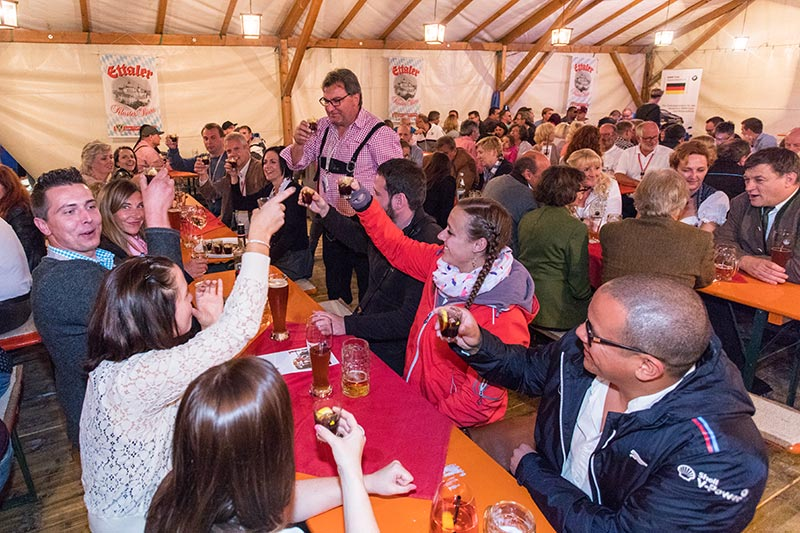 20 Jahre BCD Treffen, Bayerischer Abend. Heinz Raab, Präsident des BC Rothenburg spendierte eine Flasche Ramazotti an seinem Tisch.